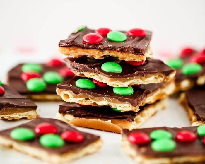 exemple de recette biscuit de noel couvert de caramel chocolat et des pépites de chocolat rouges et vertes