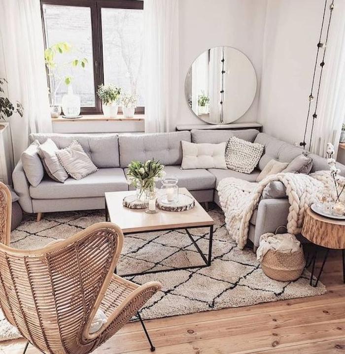 exemple de salon scandinave cocooning avec chaise tresssée canapé gris quelques plantes sol bois naturel plaid cocooning
