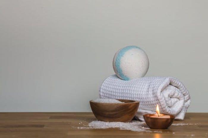 fabriquer boule de bain un bol en bois de sel de mer et une serviette a rouleau