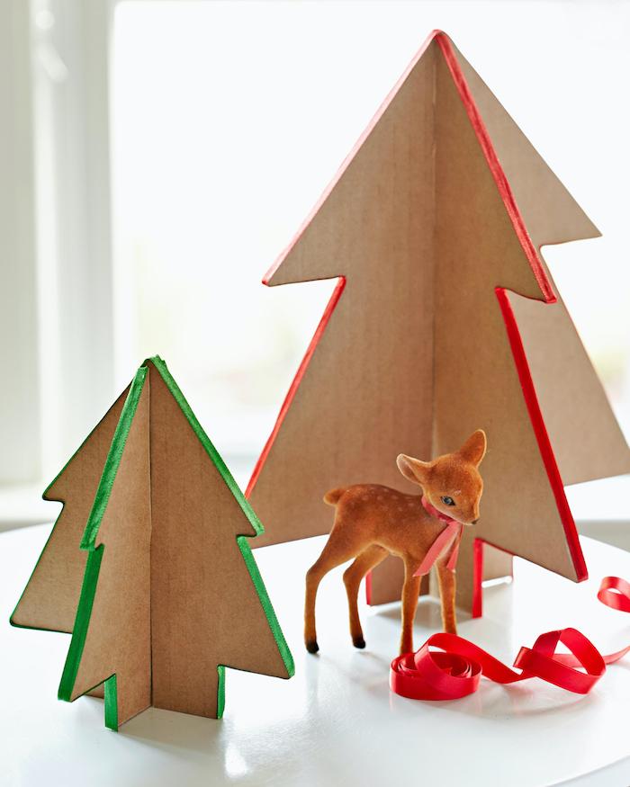 fabriquer des sapins de noel en carton tridimensionnels avec un faon decoraif et des rubans rouges