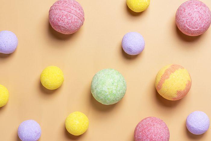 fabriquer ses cosmétiques des boules de bain multicolores avec un effe de mosaique