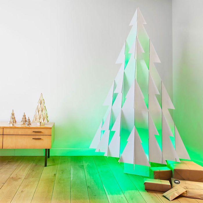 fabriquer un sapin de noel en carton avec des lumieres vertes dans une salle de sejour