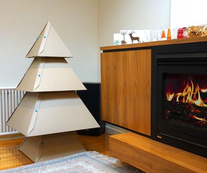 fabriquer un sapin de noel en carton un salle de sejour avec une cheminee et tapis au sol