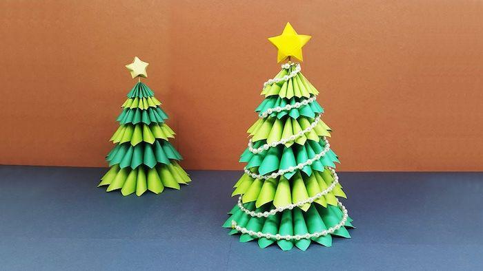 fabriuqer un sapin de noel a l aide des cones en papier vertes decore d une poinre