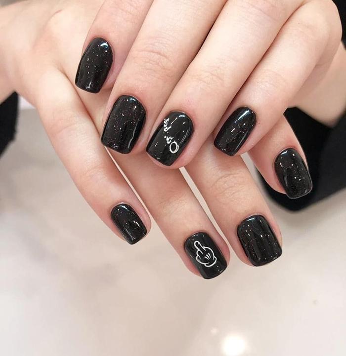 finition brillante vernis a ongle noir tendance nail art hiver 2020 dessin blanc facile sur ongles