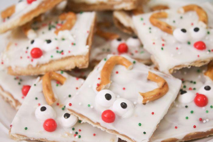 gateau de noel facile recette biscuit ordiaire couvert de chocolay blanc caramel des yeux mobiles bretzels motif renne de pere noel