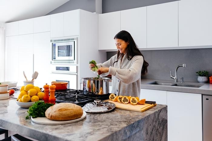 gilet oversize gris clair veste d intérieur femme cocooning maison femme cuisine blanc et gris vêtements comfy