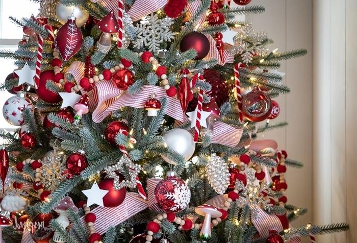 guirlande perles bois et rouge sapin de noel rouge et blanc ruban rouge boules pommes de pin ornements