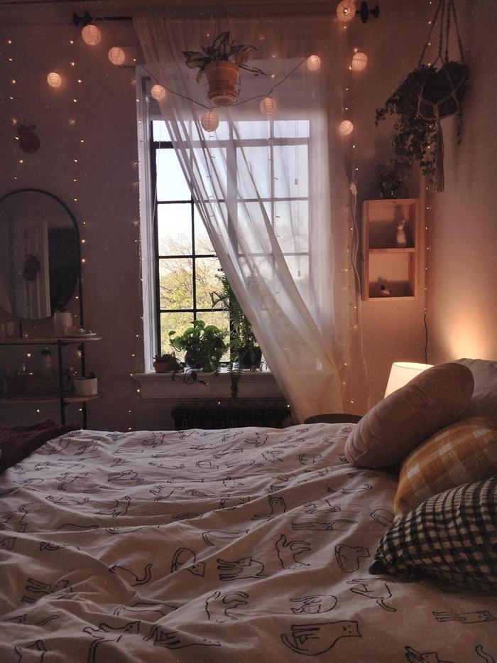 idée éclairage chambre 9m2 décoration cocooning guirlandes boules lumineuses miroir rond voilage blanc