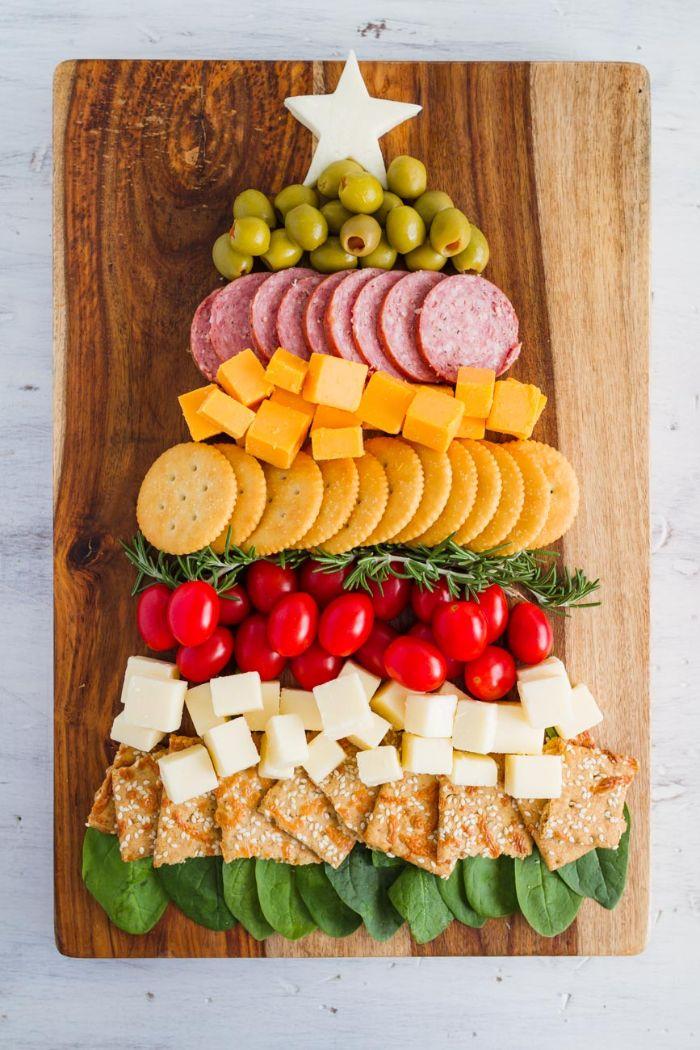 idée apéro noel et recette gouter originale biscuits salés servies avec saucisson tomates cerises olives fromage feuilles d épinards