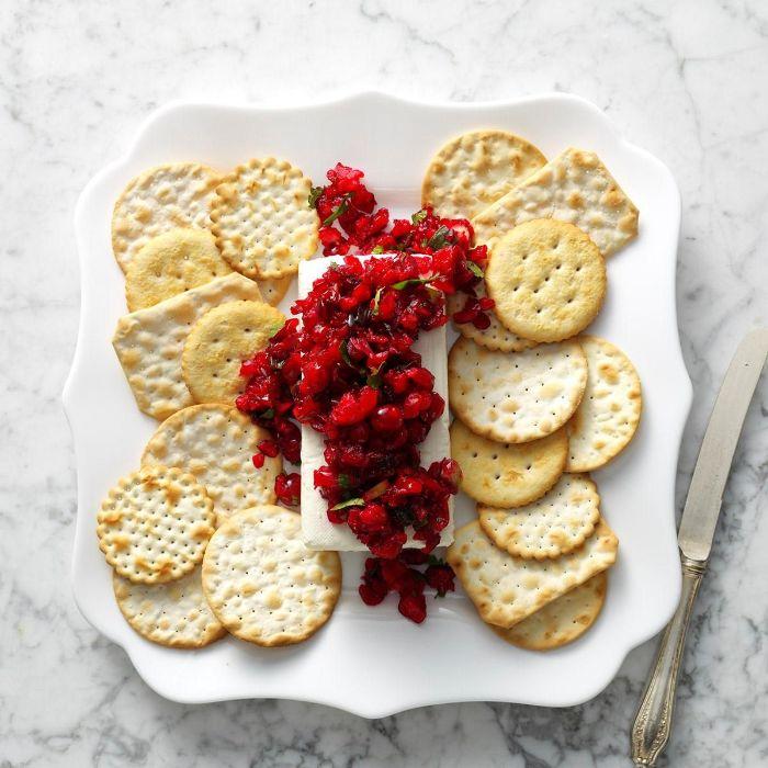 idée entrée ou recette fouter originale de brie aux canneberges servi avec biscuits salés recette de noel de nouvel an