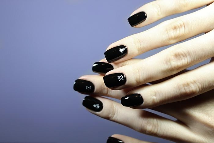 idée manucure maison facile technique ongles longs couleur de base noire finition brillante dessin simple