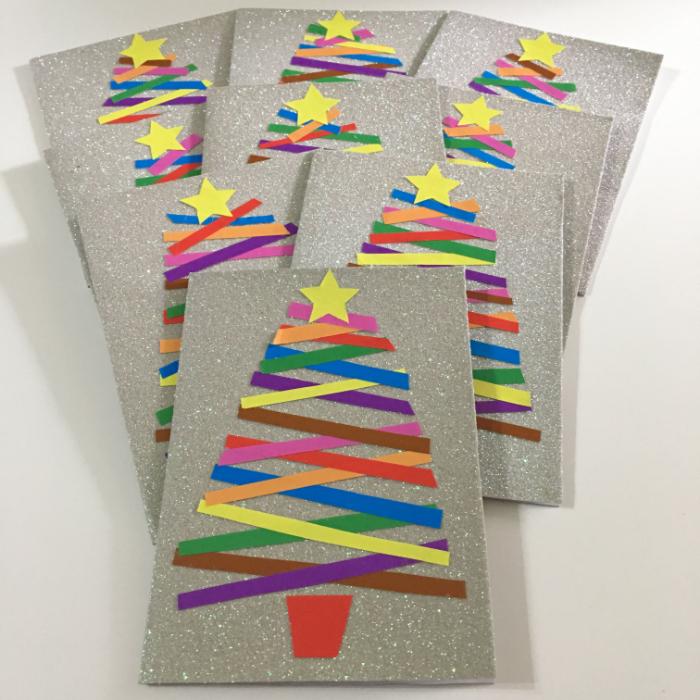 idée originale de carte de noel maternelle en bandes de papier coloré sur papier gris pailleté dans pot de fleur