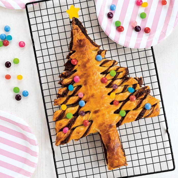 idée sapin de noel gateau original exemple de repas de noel gouter sapin feuilleté nutella et decoration de dragées colorées