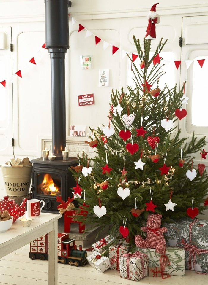 idée sapin de noel guirlande en papier triangles rouge et blanc ornements de sapin étoiles et coeurs