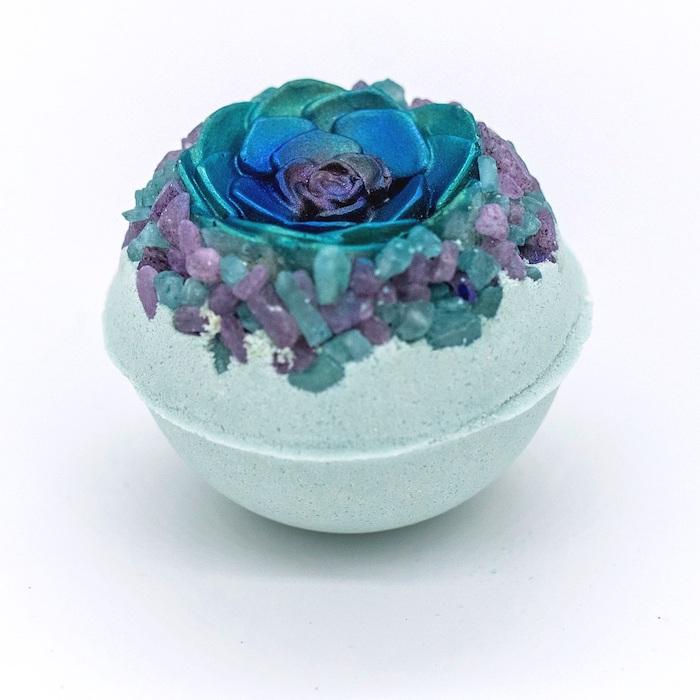 idée cadeau femme anniversaire avec une boule de bain originale decore des cristaux et d une fausse rose bleu