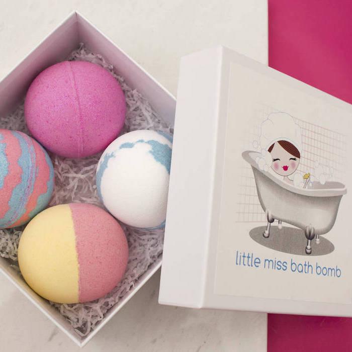 idee cadeau noel femme avec quatres boules de bain multicolores dans une boite en carton