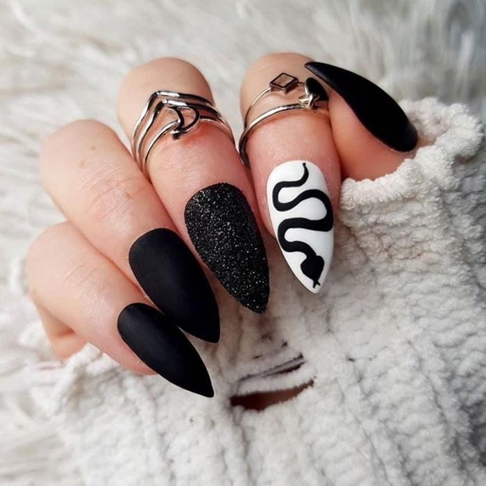 idee couleur ongle hiver finition mate vernis à ongles foncé noir dessin facile serpent bijoux argent bagues
