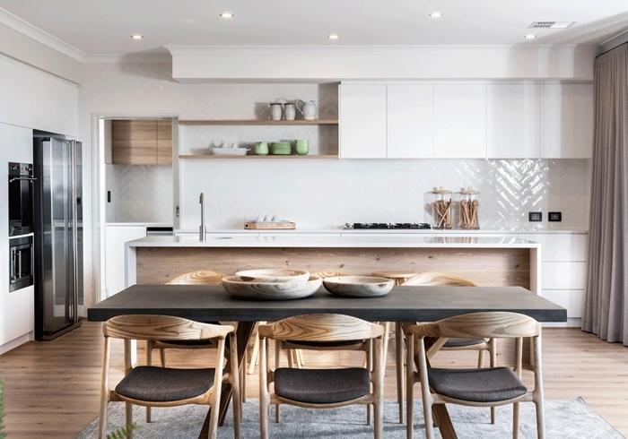 idee cuisine avec ilot chaises bois housses grises table à manger déco cuisine ouvert blanc et bois