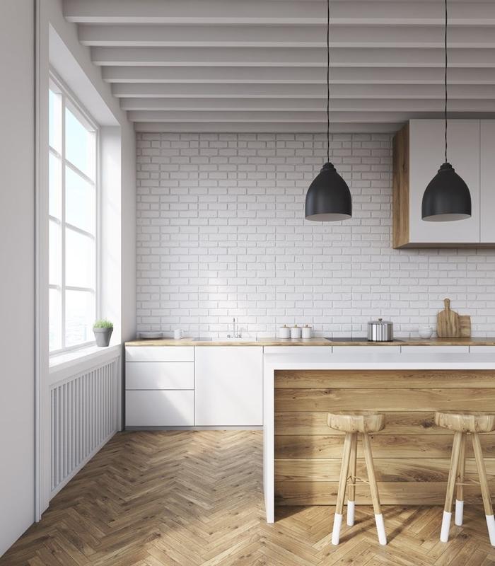 idee cuisine avec ilot parquet bois îlot blanc et bois tabourets plafond avec poutres apparentes bois blanc