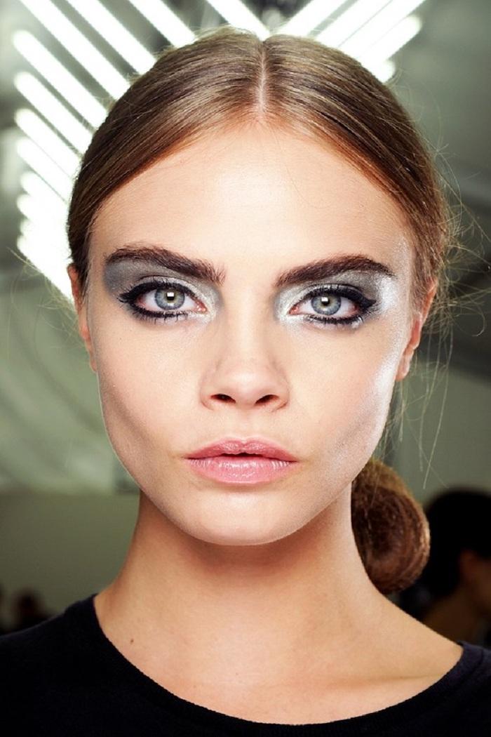 idee de maquillage avec des fards metalliques et un eye liner noir cara delevigne en queue de cheval