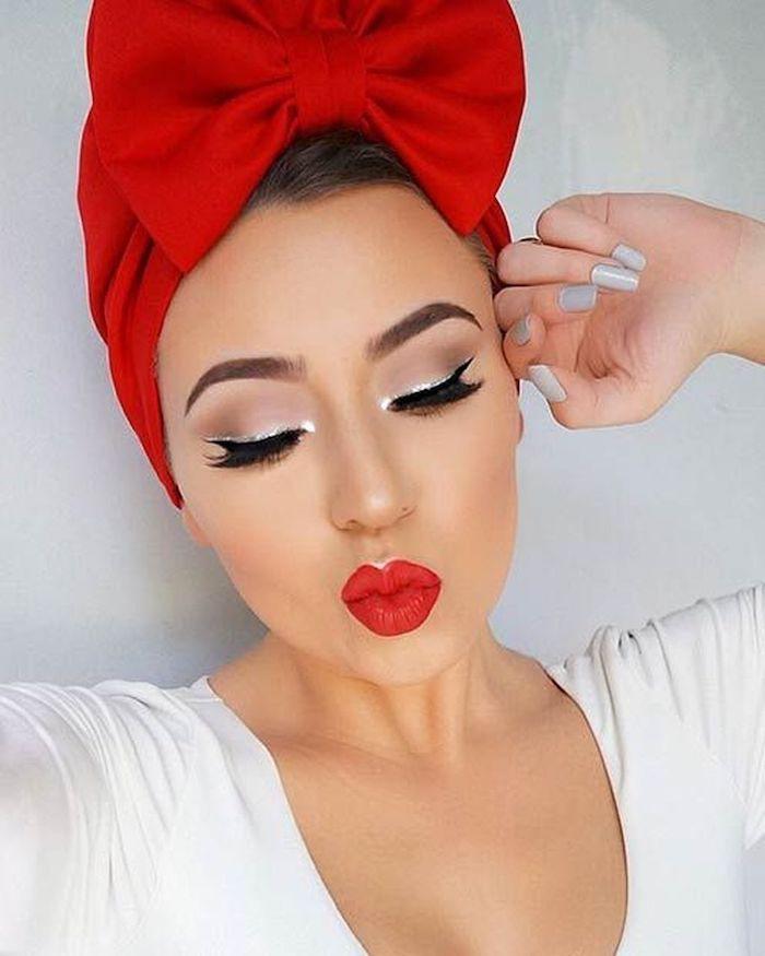 idee de maquillage de fete avec des levres rouges et un eye liner noir une fille avec un ruban sur tete