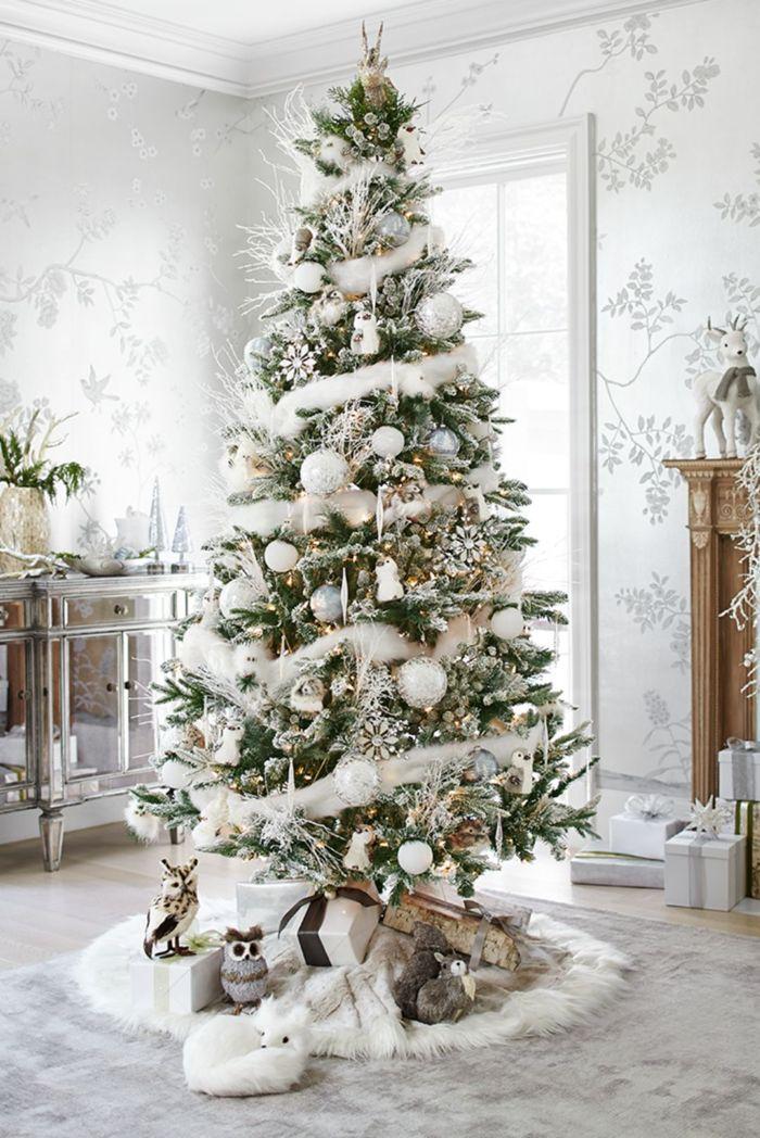 idee deco sapin de noel blanc avec deco boules blanc et argent du coton flocons de neige artificiels pieds de sapin hibou cadeaux