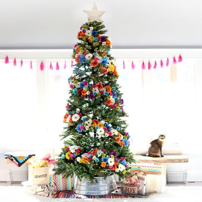 idee deco sapin de noel original décoré de guirlande de fleurs colorées et entouré de paquest cadeaux chat mignon