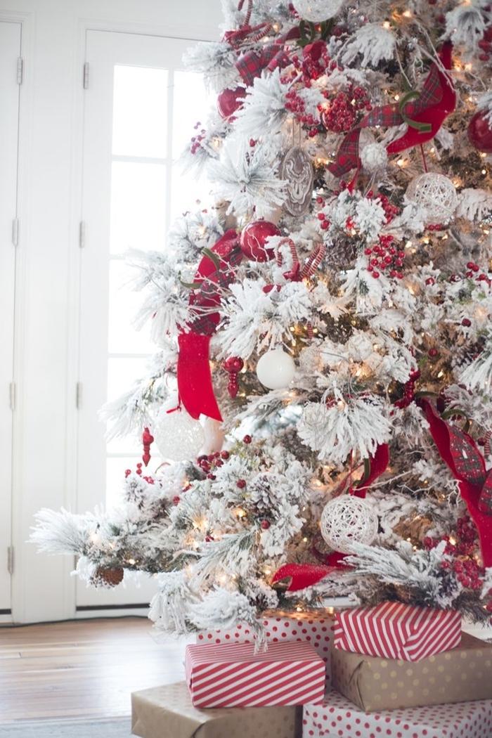 idee deco sapin de noel sur thème tendance 2020 arbre de noel faux branches blanches ruban rouge