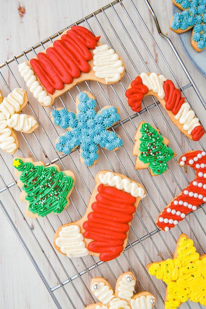 idee recette biscuit noel de sucre traditionnel avec glaçage crème au colorant alimentaire dessert de noel casse croute