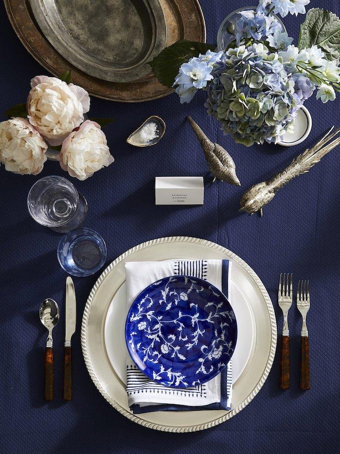 idee theme nouvel an en bleu et blanc avec des fleurs et des assiettes ceramiques aux motifs floraux