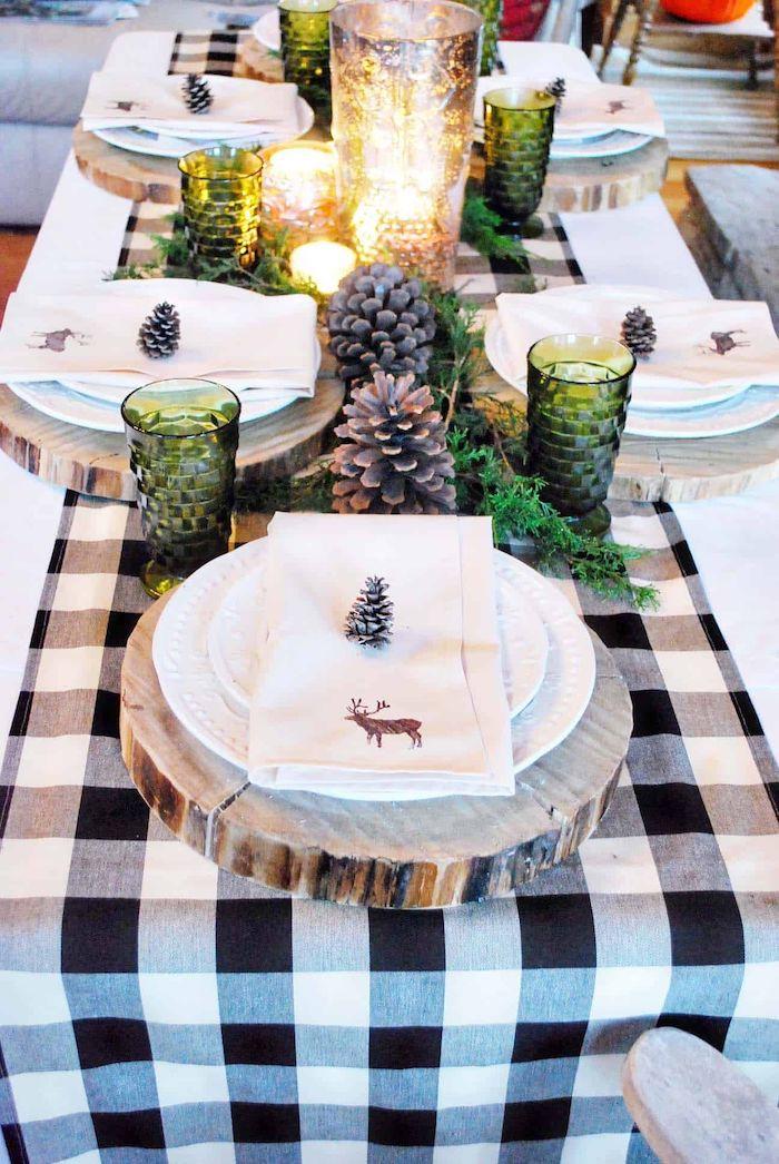 idee theme nouvel an en style rustique avec un chemin de table a carreaux et des napperon en trances de tronc