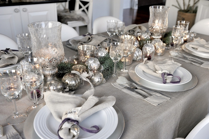 idee theme nouvel an pour decorer la table festive avec des jouettes en argent et des vases et verres en crtistal
