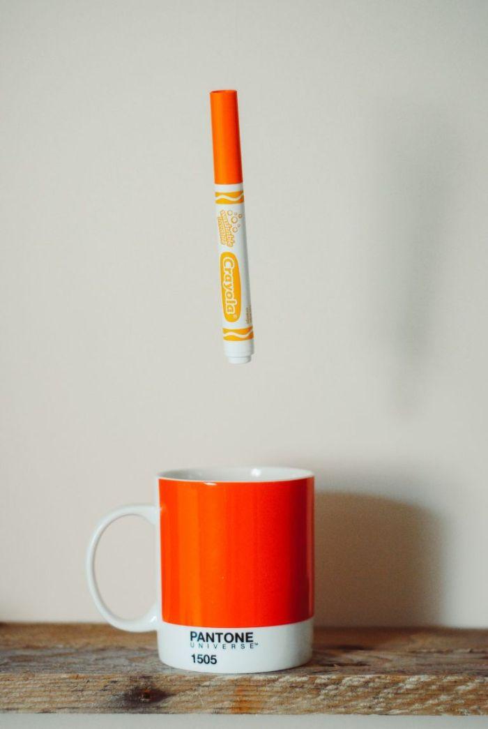 identité de marque mug personnalisé pantone idée de branding marketing réussi