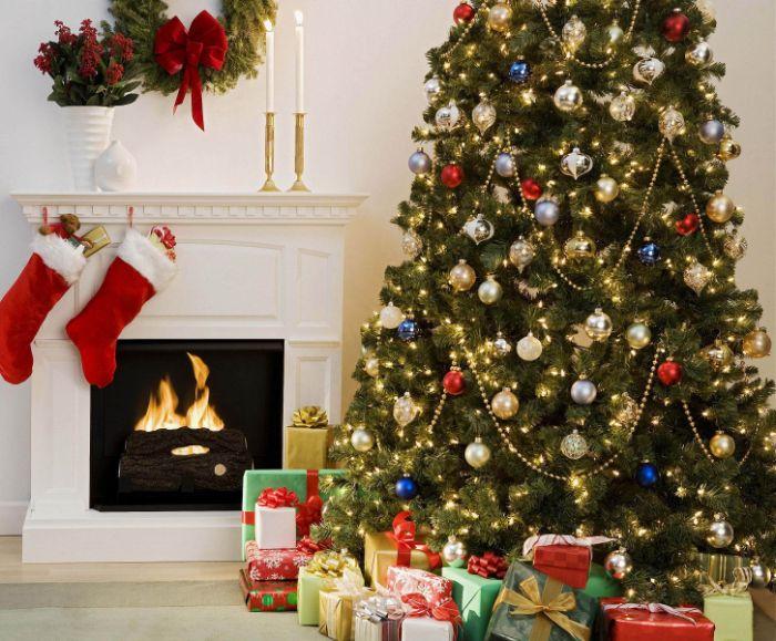 image sapin de noel avec des ornements boules de noel or argent bleu et rouge plusieurs lumieres blanches cadeaux aux pieds de l arbre