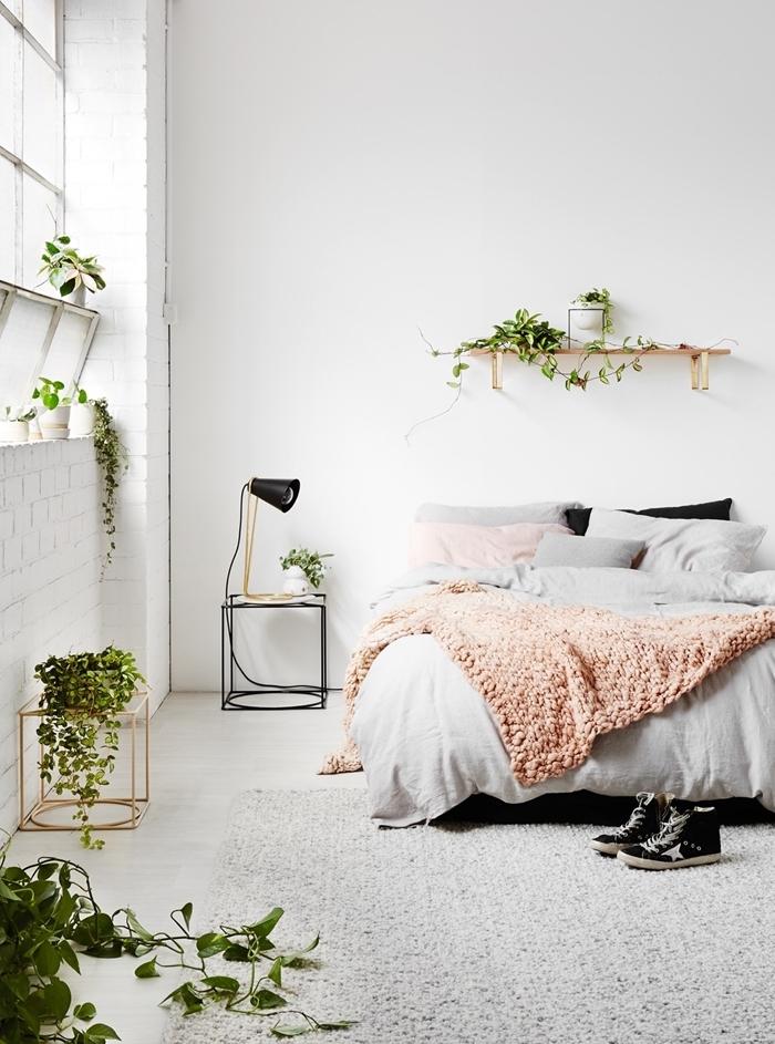 inspiration chambre scandinave plantes grimpantes tapis moelleux gris lampe de chevet noir mat jeté lit corail