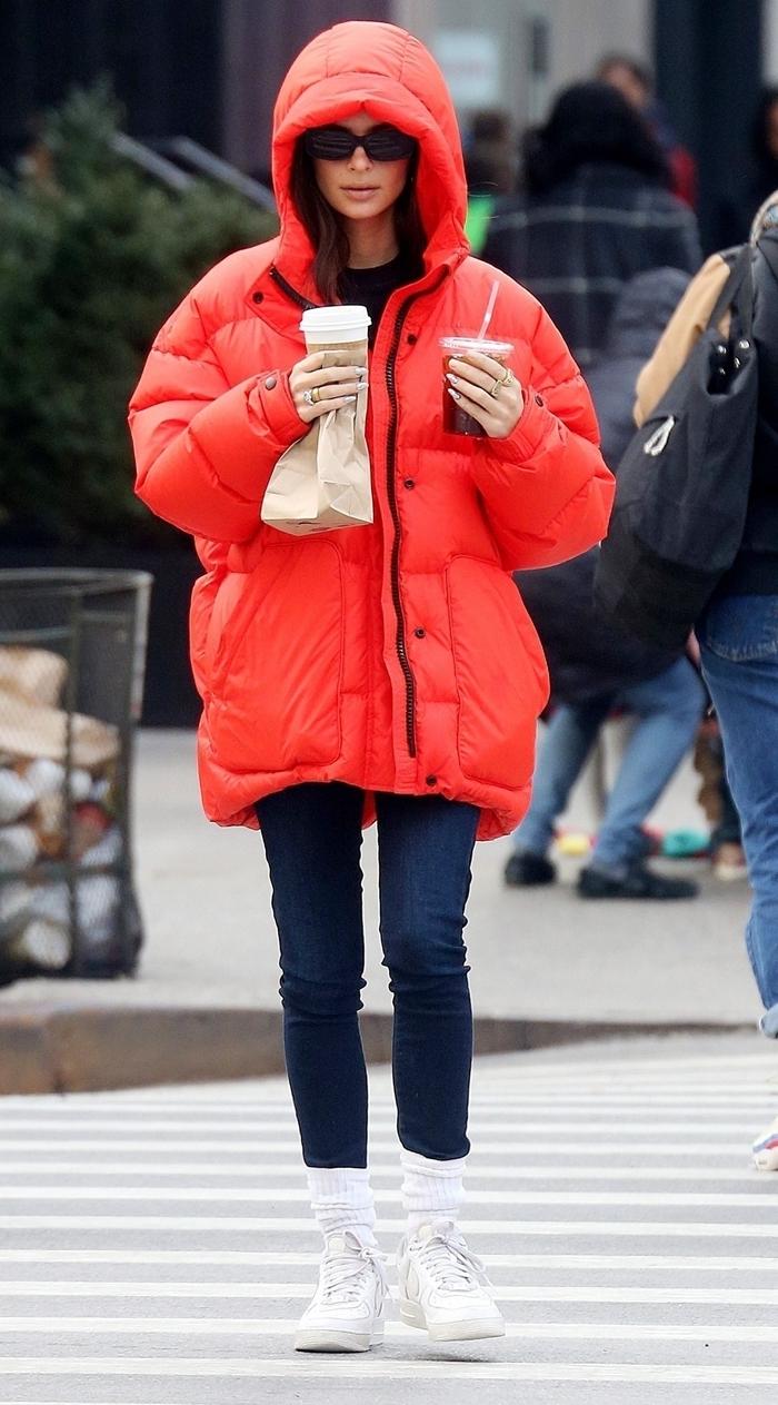 jeans foncés chaussures blanches hiver vetement americain lunettes soleil veste rouge femme casual look