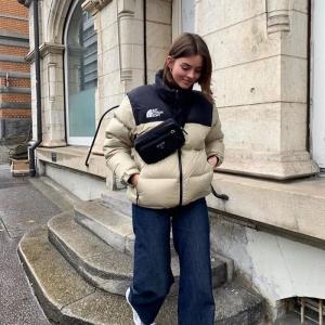 jeans larges jambes vetement streetwear veste beige et bleu foncé femme vêtements tenue hiver casual style