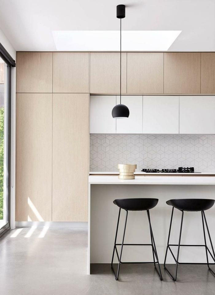 lampe suspendue noir mat armoires sans poignées meubles haut aspect bois cuisine ilot central moderne