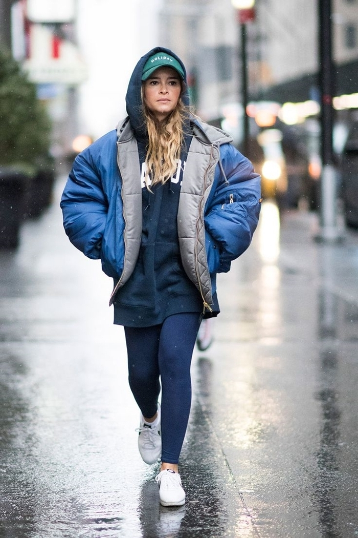 leggings bleu foncé sweat oversize bleu foncé marque streetwear tenue femme casquette verte