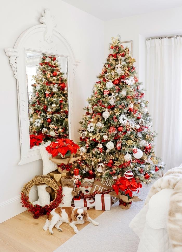 les plus beau sapin de noel décoration intérieur chambre arbre de noel vert boules blanches lumières jaune
