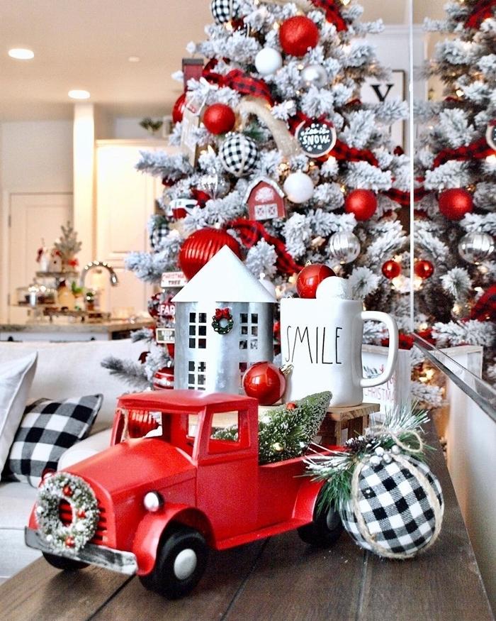 les plus beau sapin de noel décoration salon blanc arbre de noel faux branches enneigées boules rouges
