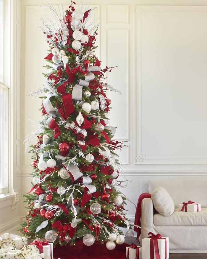 les plus beau sapin de noel design intérieur salon blanc canapé blanc cadeaux noel emballage papier rouge