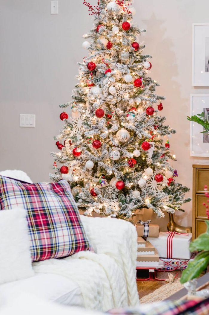 les plus beaux sapins de noël décorés avec boules blanches et rouges flocons de neige sur sapin artificiel à effet neige