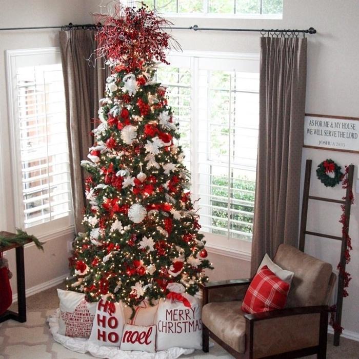 les plus beaux sapins de noel décorés fauteuil cuir marron rideaux taupe tapis blanc coussins décoratifs