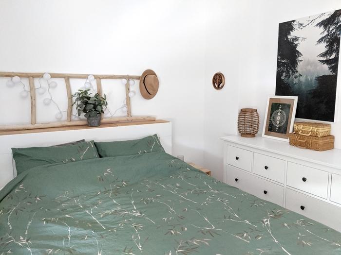 linge de lit vert de gris tête de lit originale en bois guirlande lumineuse boules blanches deco chambre aesthetic