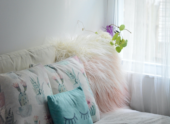 lit cocooning décoration chambre fille coussin blanc à motifs cactus vert et rose pastel fausse fourrure