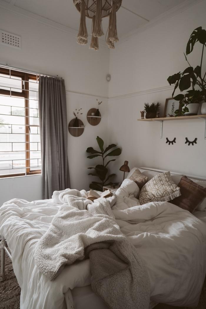 macramé lampadaire étagère bois cosy déco chambre cocooning plantes coussins couleurs neutre rideaux gris