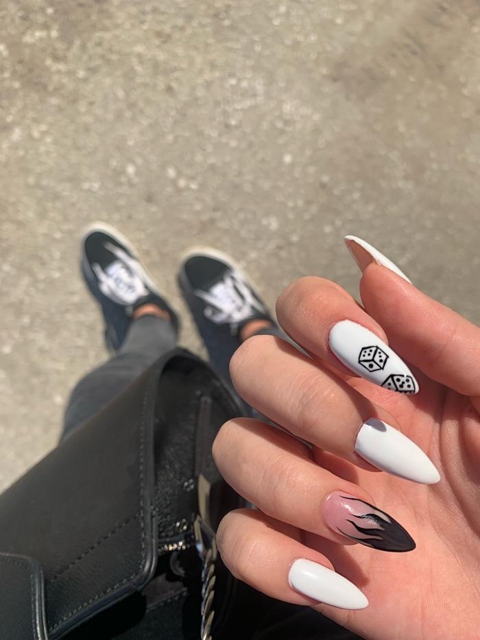 manucure blanches ongles longs en gel idée manucure vernis de base transparent dessin feu noir facile