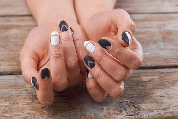 manucure style minimaliste finition mate vernis noir ongle noir mat dessin géométriques lignes transparentes